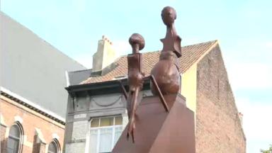 Une statue à Ganshoren placée dans le mauvais sens