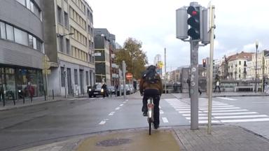 De plus en plus de Bruxellois se rendent à vélo au travail, les transports en commun gagnent en popularité