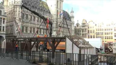 La crèche de Noël en cours d'installation sur la Grand-Place