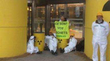 Des militants de Greenpeace manifestent devant le siège d'Engie Electrabel à Bruxelles