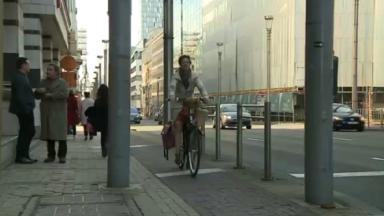 Pourquoi les femmes roulent-elles moins à vélo?