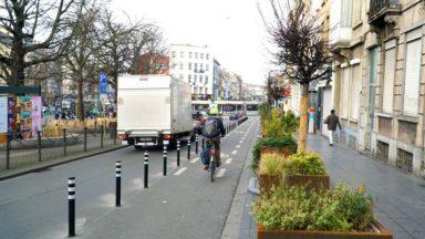 Schaerbeek : la Région installe des potelets pour protéger la piste cyclable de la place Liedts
