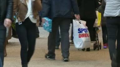 Les courses de dernières minutes pour Noël font le bonheur des commerçants
