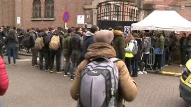 Asile et migration : près de 100 personnes dans la rue du Petit-Château à Bruxelles