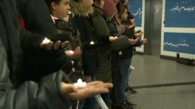 Des élèves de 6e primaire lisent des articles de la déclaration universelle des droits de l'homme dans le métro