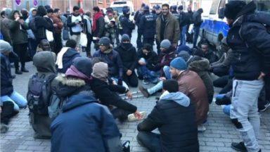 Des hommes mécontents font un sit-in spontané devant le centre d'accueil du Petit-Château