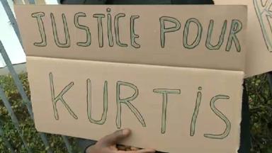 Une manifestation devant l'école de Kurtis