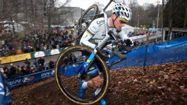 Le premier cyclo-cross de Bruxelles a fait le plein : Van der Poel et Alvarado vainqueurs devant 4.800 personnes