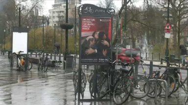 Des range-vélos accompagnés de panneaux publicitaire installés sur la voie publique sans autorisation
