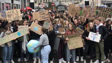 Malgré la pluie, au moins 12.500 jeunes défilent dans les rues de Bruxelles contre le réchauffement climatique