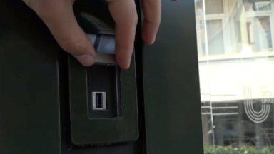 La commune d'Uccle propose désormais des ports USB aux abribus pour charger son GSM