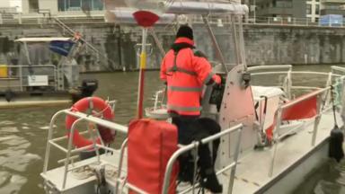 Découverte du Botia, un nouveau bateau qui récolte les déchets sur le canal de Bruxelles