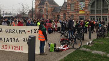 Plusieurs dizaines de personnes rassemblées devant la gare de Schaerbeek contre le projet de prison à Haren