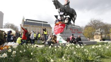 Les graffitis sur la statue de Léopold II place du Trône effacés