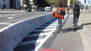 Des blocs de béton pour protéger la piste cyclable au carrefour Sainctelette