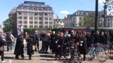 Avocats, magistrats et greffiers devant le cabinet du ministre de la Justice Koen Geens