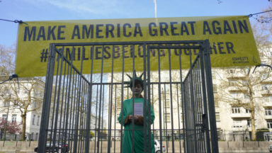 Une statue de la liberté mise en cage devant l'ambassade des Etats-Unis