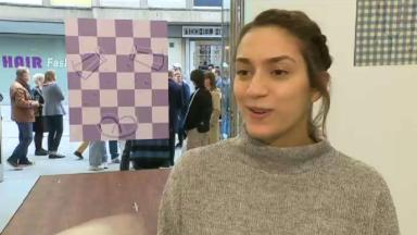 """Charline Tyberghein, élue """"meilleure jeune peintre européenne"""", expose pour la première fois à Bruxelles"""