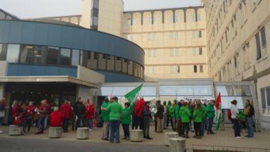 La CSC et la CGSP manifestent devant l'hôpital d'Ixelles
