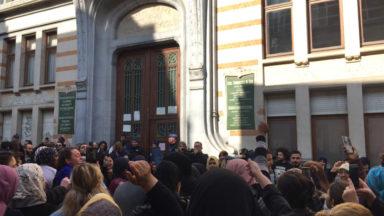 Viol suspecté sur un enfant à Schaerbeek : une centaine de parents en colère devant l'école