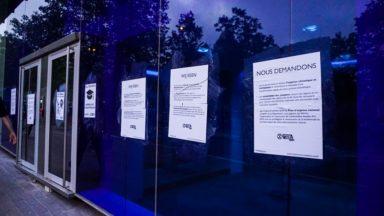 Des activistes collent des affiches sur les sièges des partis pour pointer l'urgence climatique