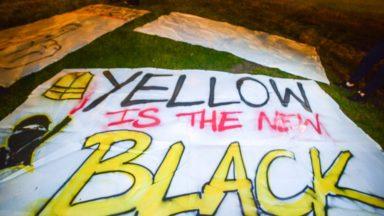 Élections 2019 : des gilets jaunes dévoilent dans Bruxelles des banderoles à l'attention des politiques