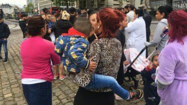 Près de cinquante Roms rassemblés place Poelaert suite aux perquisitions