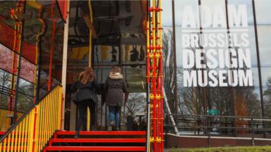 Le Design Museum Brussels met à l'honneur un siècle d'histoire de la chaise
