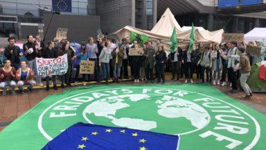 Une cinquantaine d'activistes pour le climat ont dormi devant le Parlement européen