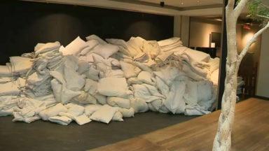 Le propriétaire d'un grand hôtel bruxellois donne du mobilier et de la literie à des associations