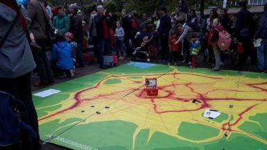 Pollution atmosphérique: des élèves et parents forment une étoile de l'air à Etterbeek