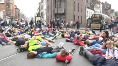 Schaerbeek : des manifestants se couchent à un carrefour contre l'insécurité routière