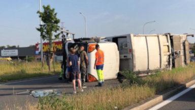 Un camion de Bruxelles-Propreté se renverse, le chauffeur et les deux chargeurs sont à l'hôpital