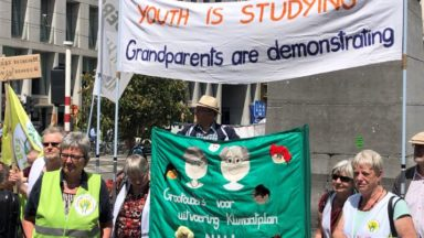 Gilets jaunes et activistes pour le climat manifestent ensemble au Rond-Point Schuman