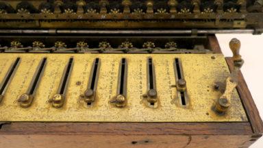 Une des premières machines à calculer mise aux enchères à Bruxelles