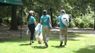 Pour leur team building, ces employés d'un hôtel bruxellois ont nettoyé le Parc royal