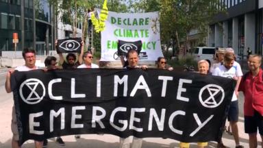 Climat : les dirigeants européens ont été accueillis au son des casseroles par des militants au rond point Schuman