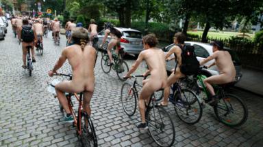 Une centaine de cyclonudistes ont traversé Bruxelles samedi après-midi