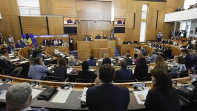Sondage : le Vlaams Belang premier parti en Flandre, Ecolo domine toujours le paysage politique bruxellois