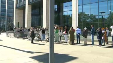 Les files s'allongent devant la Tour des Finances pour bénéficier d'une aide avec la déclaration d'impôts