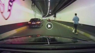 Un individu aperçu en trottinette électrique dans le tunnel Porte de Hal