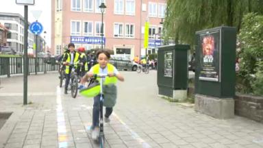 """Laeken : des élèves se mobilisent pour l'action """"Vélo-trottoir"""""""