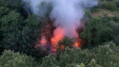 Molenbeek : un incendie dans un terrain vague sur la rue Vandenpeereboom