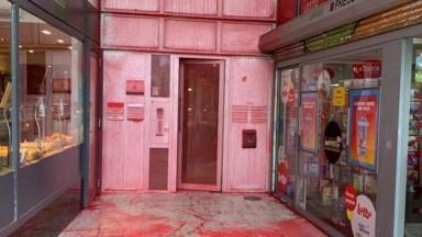 Madou : le siège du Vlaams Belang maculé de peinture rouge