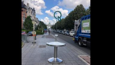 """Etterbeek : une fontaine d'eau placée sur un trottoir partagé fâche les cyclistes, """"elle est temporaire, pour le Tour de France"""""""