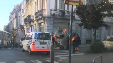 Saint-Gilles : une voiture finit sur le flanc, deux personnes blessées