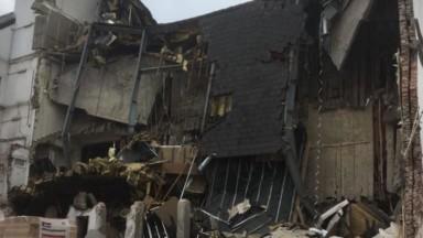 Molenbeek : un pan d'immeuble s'effondre rue Vandenboogaerde, un blessé