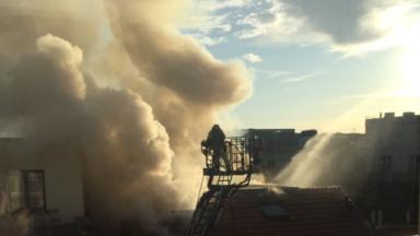 Une personne légèrement intoxiquée lors d'un important incendie à Ixelles