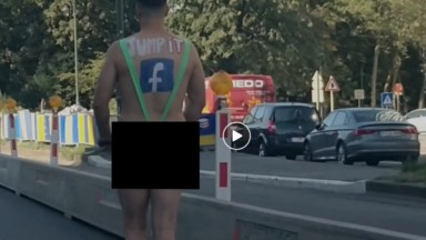 Même pas peur : un homme sur une trottinette est filmé dans le tunnel Botanique en mankini