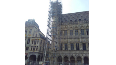 Échafaudages à la Grand Place : Bruxelles rénove les tourelles de l'Hôtel de Ville